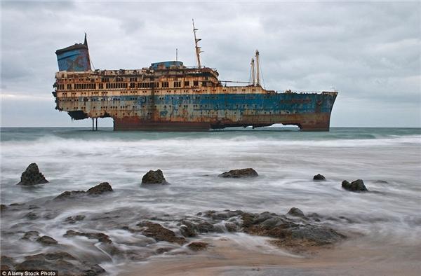Xác con tàu SS America sau trận đắm tàu năm 1993 ngoài khơi biển Fuerteventura thuộc quần đảo Canary, chấm dứt một thời kì hoàng kim tung hoành khắp đại dương mênh mông kể từ năm 1939.(Ảnh: Daily Mail)