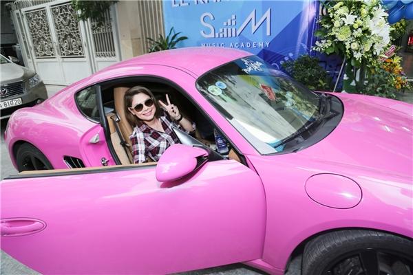 Chiếc xe hơi màu hồng nổi bật, được nữ ca sĩ hài hước đùa rằng là khá nữ tính và không hợp với sự cá tính thường thấy trên sân khấu của cô. - Tin sao Viet - Tin tuc sao Viet - Scandal sao Viet - Tin tuc cua Sao - Tin cua Sao