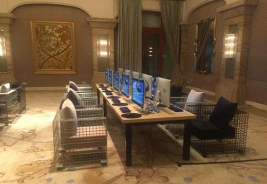 Buổi tối, Vương Tư Thôngquẫyhết cỡ bên bạn bè và người đẹp, không gian khách sạn cũngđược sắp xếp thành nơi tụ tập lên mạng. (Ảnh Internet)