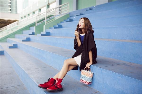 Bộ trang phục trở nên thu hút, bắt mắt hơn nhờ boots da màu đỏ nổi bật cùng chiếc làn đi chợ nhiều màu sắc. Đây cũng là hai món phụ kiện khá thịnh hành trong mùa thời trang Thu - Đông năm nay.