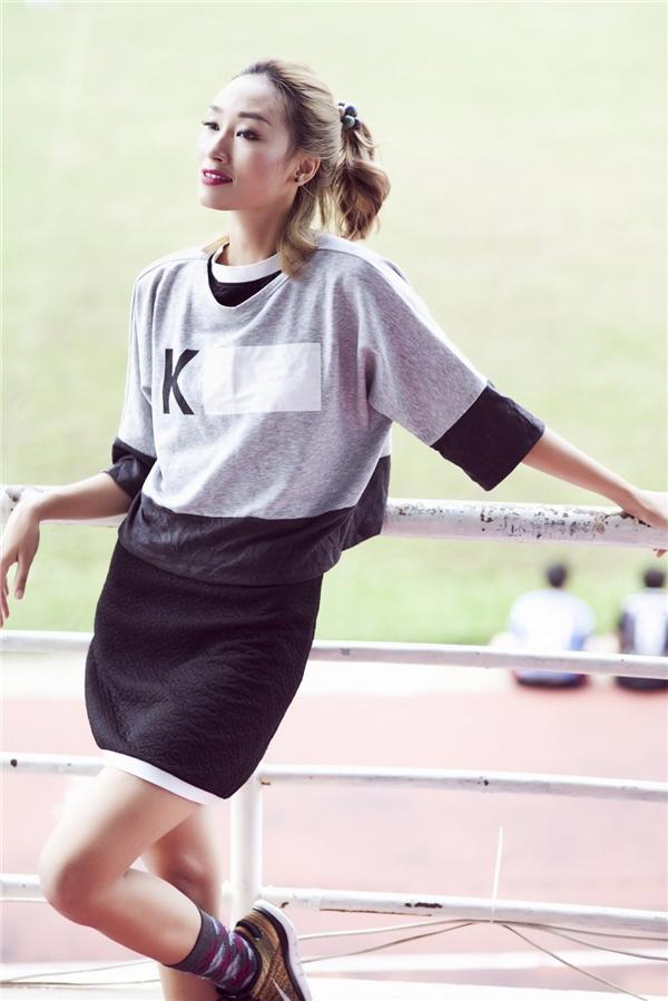 Bộ trang phục trẻ trung, năng động và đôi chút ấn tượng nhờ cách phối trang phục nhiều lớp, phụ kiện của Trang Khiếu. Những tông màu trầm khá được lòng cô nàng.