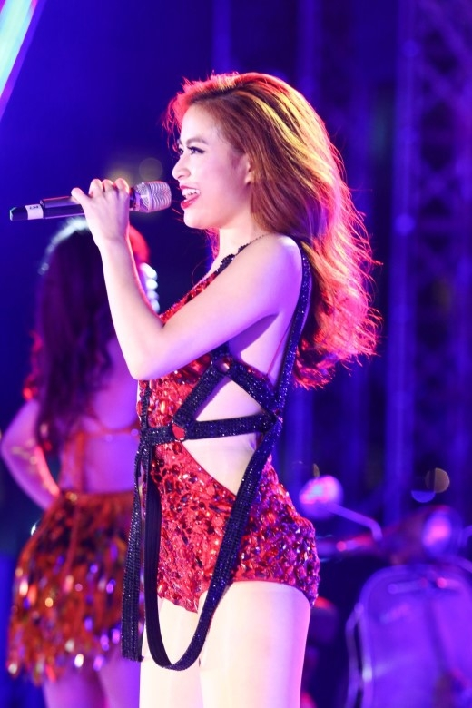 Bảo Anh, Hoàng Thùy Linh dọ vẻ sexy trên sân khấu Countdown 2016 - Tin sao Viet - Tin tuc sao Viet - Scandal sao Viet - Tin tuc cua Sao - Tin cua Sao