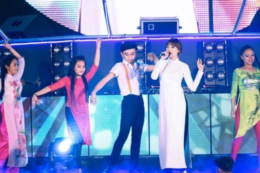 Fan bấn loạn trước màn trình diễn cực sung của Hari Won và Khởi My - Tin sao Viet - Tin tuc sao Viet - Scandal sao Viet - Tin tuc cua Sao - Tin cua Sao