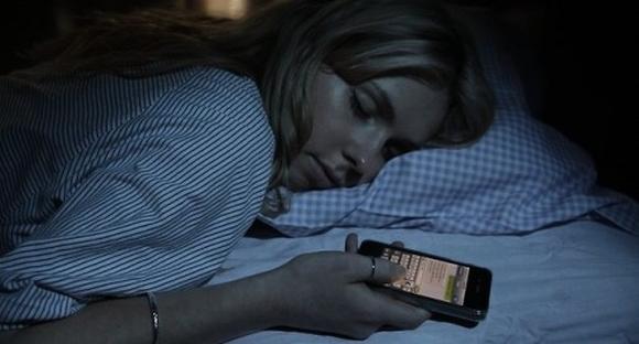 Sử dụng điện thoại di động thường xuyên có thể làm tăng mức căng thẳng của thần kinh, rối loạn giấc ngủ, trầm cảm... Ảnh Internet