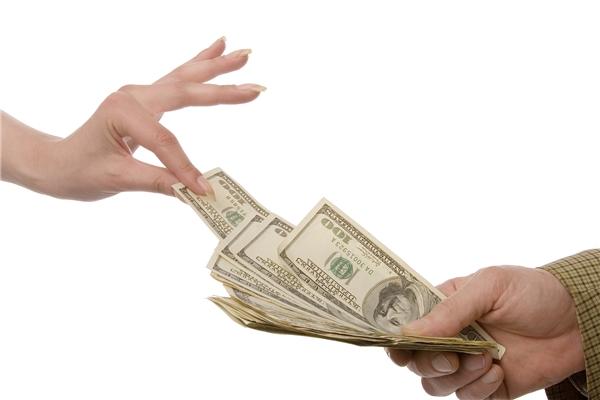 Mỗi ngày, bạn hãy nhắm mắt và bốc trong xấp tiềncủa mìnhra một tờ và cho vào ống heo, dù đó là tờ 500 đồng, 5.000 đồng hay 50.000 đồng thì cũng phải nghiêm túc cho vào ống heo đấy nhé.(Ảnh: Internet)