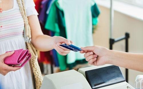 """Một tài khoản bạn biết mã PIN, tài khoản kia thì hãy… mặc kệ nó và chỉ việc rót tiền vào đó thôi. Đến cuối năm, bạn sẽ ngạc nhiên khi kiểm tra lại số tiền trong chiếc thẻ """"mặc kệ nó"""".(Ảnh: Internet)"""