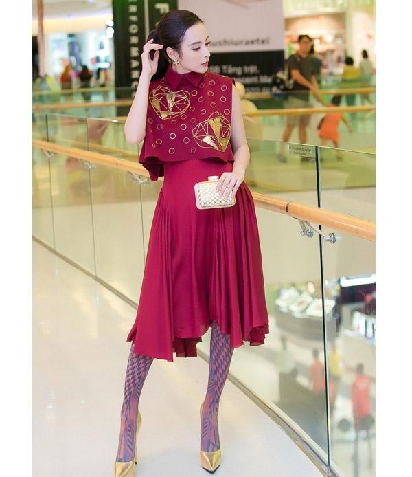 Diện bộ trang phục kín cổng cao tường, Angela Phương Trinh vẫn nổi bật và thu hút nhờ cách phối phụ kiện lạ mắt. Bên cạnh đó, thiết kế cũng được tạo phom bất đối xứng hiện đại, tinh tế.