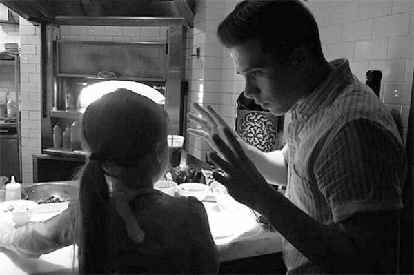 """Một bức ảnh khác trên Instagram của Brooklyn với dòng chú thích: """"Làm bánh pizza cùng em gái"""".(Ảnh: Instagram)"""