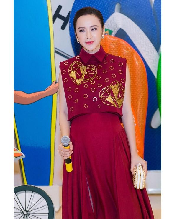 Ví cầm tay được nữ diễn viên phối đồng điệu với họa tiết ánh kim đính kết trên trang phục. Sắc đỏ rượu nồng nàn vừa ngọt ngào vừa quyến rũ.