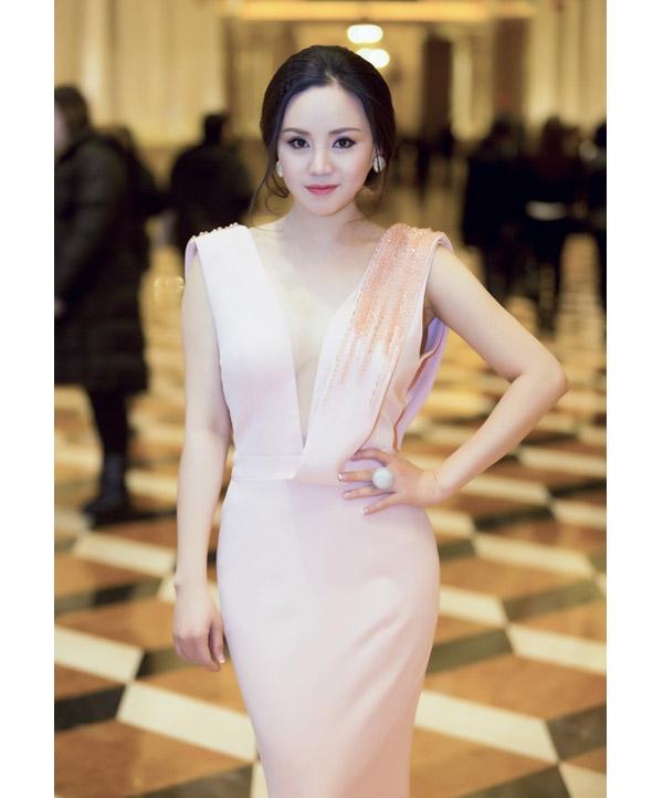 Sau khoảng thời gian ở ẩn sinh con, Vy Oanh đã chính thức tái ngộ khán giả qua một số chương trình ca nhạc ở nước ngoài. Trong thời gian tới, nữ ca sĩ sẽ sắp xếp trở về Việt Nam. Trong lần trở lại này, phong cách thời trang của nữ ca sĩ đã có sự thay đổi khá rõ rệt trở nên tinh tế, gợi cảm hơn.