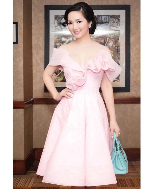 Hoa hậu đền Hùng Giáng My lăng xê hai tông màu xanh, hồng hứa hẹn sẽ trở thành xu hướng nổi bật trong năm 2016. Trang phục điệu đà luôn phù hợp với vẻ ngoài ngọt ngào của Giáng My.
