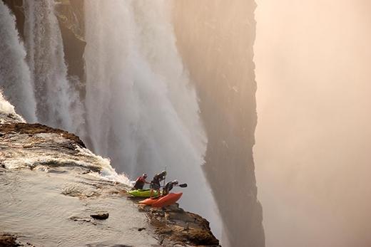 Chèo thuyền kayak ở thác Victoria, Zambia, châu Phi. (Ảnh: Desré Pickers)