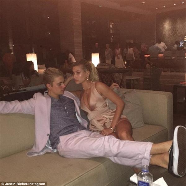 Sau khi chia sẻ bức ảnh khóa môi Hailey, Justin tiếp tục đăng tải ảnh tình từ cùng cô nàng.