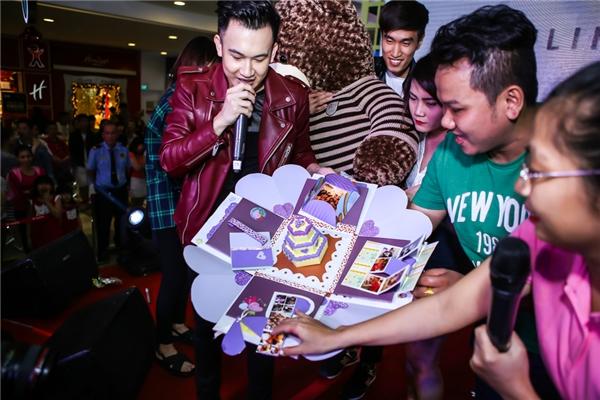 Ở phần cuối chương trình, Dương Triệu Vũ xúc động mạnh với món quà từ fanclub dành tặng cho mình... - Tin sao Viet - Tin tuc sao Viet - Scandal sao Viet - Tin tuc cua Sao - Tin cua Sao