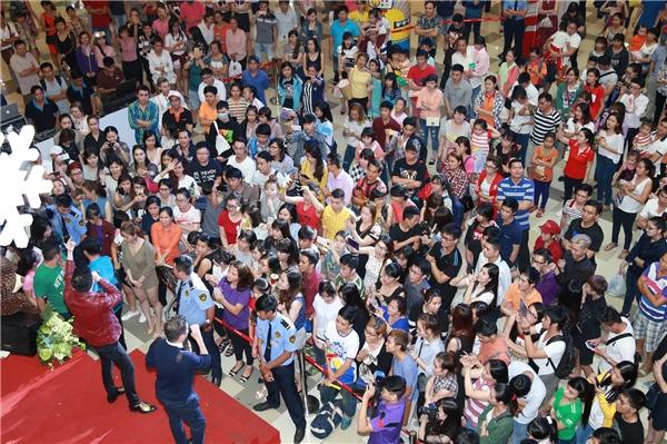 Hàng trăm người hâm mộ đã có mặt để theo dõi và ủng hộ Dương Triệu Vũ. - Tin sao Viet - Tin tuc sao Viet - Scandal sao Viet - Tin tuc cua Sao - Tin cua Sao