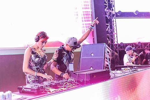 """Bộ đôi DJ BoB góp phần """"tăng nhiệt"""" đêm lễ hội."""