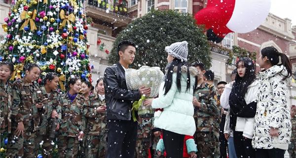 """Chàng trai ôm bó hoa tiến đến gần cô gái và nói """"Làm bạn gái tớ nhé?"""" (Ảnh: Internet)"""