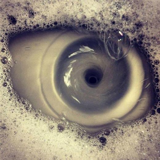 Khoảnh khắc nước trong bồn rửa chén bị hút mạnh xuống tạo ra lỗ xoáy giống như con mắt. (Ảnh: Internet)
