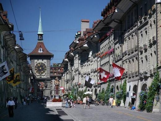 """Với việc được bao quanh bởi dãy núi Alps hùng vĩ, cộng thêm tài nguyên thiên nhiên đa dạng, hệ động thực vật phong phú, khí hậu ôn hòa, thổ nhưỡng tốt thích hợp cho trồng trọt... thủ đô Bern của Thụy Sĩ đang là điểm tốt nhất châu Âu để trú ẩn nếu """"tận thế"""" xảy ra. (Ảnh: Internet)"""