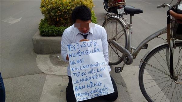 Hình ảnh nam thanh niên quỳ gối, cầm tấm giấy có nội dung xin việc tại Hà Nội. Ảnh: FB