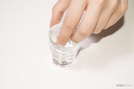 Dùng bông gòn nhúng vào rượu, dầu lửa hoặc xăng rồi thoa lên vết keo dính. (Ảnh: Internet)