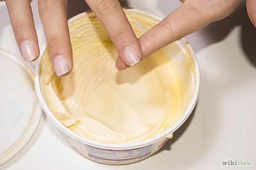 Đối với da nhạy cảm, có thể dùng bơ thực vật liên tục thoa lên chỗ dính keo cho đến khi nó bong đi. (Ảnh: Internet)