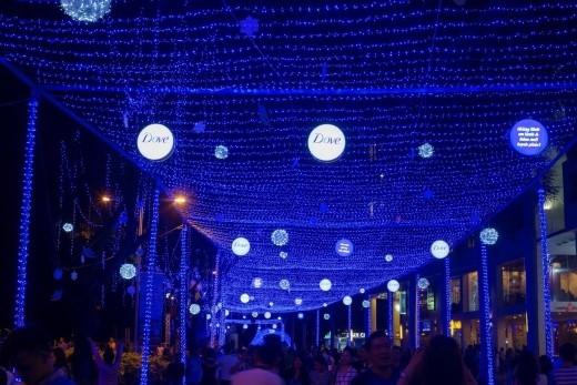 Con đường với chiều dài kỉlục (thêm chiều dài) được trang hoàng ánh đèn xanh lung linh trải dài từ Cresent Mall đến tận sân khấu nổi trên hồ Bán Nguyệt.