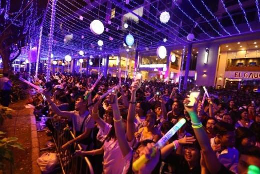 Khán giả đã lấp đầy các cung đường và tòa nhà xung quanh sân khấu tại Hồ Bán Nguyệt.