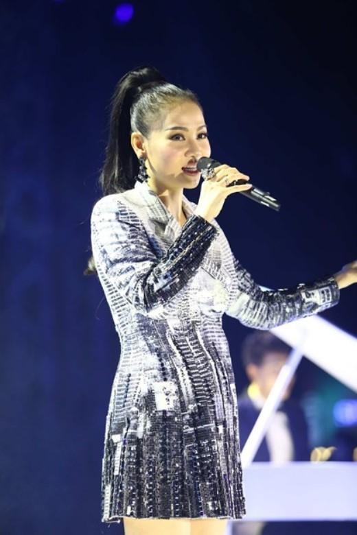 """Không chịu thua kém, bà mẹ một con năng động nhất nhì showbiz Việt - Thu Minh cũng """"chung tay góp quà"""" với ca khúc mới Let's Go."""