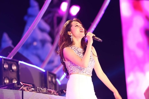Đặc biệt, cô nàng ca sĩxinh đẹp Bảo Anh khiến fan quẩy cuồng nhiệt với ca khúc sốt xình xịchLần Đầu - Mew Amazing.