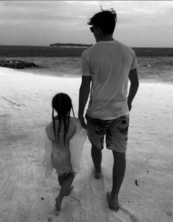 Beckham khoe ảnh vợ đẹp, con xinh mặc bikini trên biển