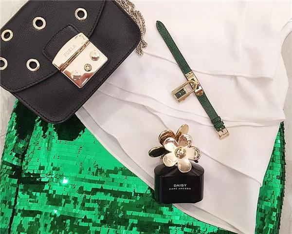 Chiếc đồng hồ đắt giá này từng được Midu chuẩn bị trong một dạ tiệc vào đêm Giáng sinh. Kèm theo món phụ kiện này là mẫu váy ánh kim nổi bật cùng túi xách của Furla có giá trên dưới 100 triệu đồng.