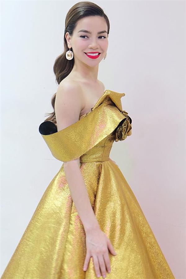 Diện độc bộ váy xòe cúp ngực nhẹ nhàng, Hồ Ngọc Hà vẫn thực sự trở thành tâm điểm của mọi ánh nhìn nhờ chất liệu ánh kim.
