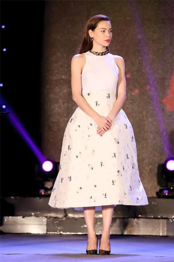 Hơn 200 triệu đồng là số tiền mà Hồ Ngọc Hà chi để sở hữu thiết kế của nhà mốt Dior. Bộ váy này cũng từng giúp Hồ Ngọc Hà đoạt giải trang phục dạ tiệc đẹp nhất trong một buổi lễ trao giải danh giá.