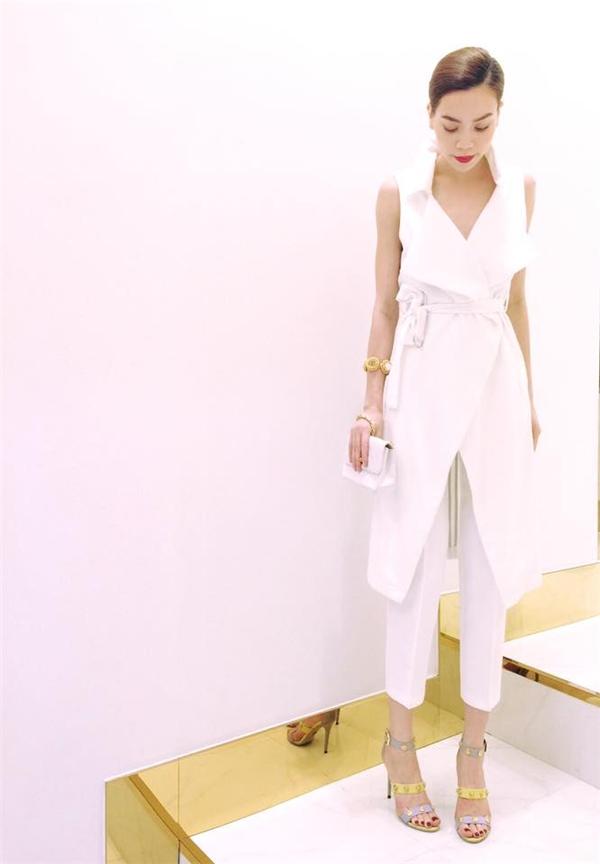 Nữ hoàng giải trí liên tục biến hóa với trang phục sắc trắng từ điệu đà, ngọt ngào đến thanh lịch, hiện đại, gợi cảm.