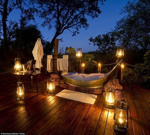 Sanctuary Baines' Camp ở Botswana cũng có phòng tắm siêu sang và xây dựng ngoài trời. Bạn có thể vừa tắm vừa ngắm trời sao, xung quanh là cây cối, những ngọn đèn lung linh huyền ảo... Để tận hưởng nhà tắm lộ thiên hạng sang này, bạn phải chikhoảng936 bảng Anh mỗi đêm (hơn 31 triệu đồng). (Ảnh: Internet)