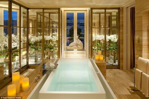 """Được gọi là """"phòng tắm hoàng gia"""", phòng tắm trong khách sạn Four Seasons, Paris, Pháp nổi bật với lối kiến trúc cổ điển cùng hàng loạt dịch vụ hàng đầu thế giới. Giá để bạn vào đây 1 đêm là 15.229 bảng Anh (hơn 505 triệu đồng). (Ảnh: Internet)"""