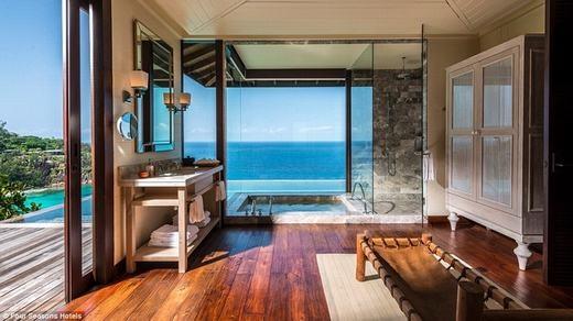 Tại khách sạn Four Seasons còn có một phòng tắm khác với kiến trúc kính,hướng nhìnra biển. Với giá 1.161 bảng Anh/đêm(khoảng 38,5 triệu đồng), bạn sẽ được chăm sóc với những dịch vụ hàng đầu. (Ảnh: Internet)