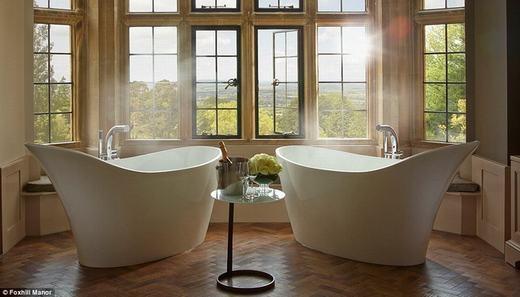 Phòng tắm tại Foxhill Manor ở Cotswolds có tới hai bồn tắm và các cặp đôicó thể thư giãn cùngnhau cũng như ngắm khung cảnh lãng mạn bên ngoài cửa sổ. Giá thuê vào khoảng 3.500 bảng Anh/đêm (khoảng 116 triệu đồng). (Ảnh: Internet)