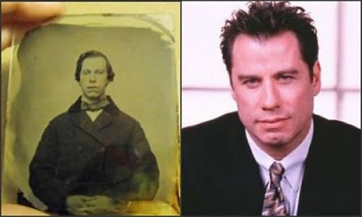 """Bên trái là người đàn ông,thành viên của Giáo Hội""""xuất hiện"""" tronghình ảnh cổ được mộtnhà sưu tập ở Ontario, Canadaphát hiện. Bức ảnhchụp cách đây 150 năm, và nó đang được bán trên eBay với giá50.000 đô la(khoảng 1,1 tỉ đồng). Bên phải làdiễn viên John Travoltavà điều lạ lùng là họ giống nhau đến """"không thể lí giải được"""".(Ảnh: Internet)"""