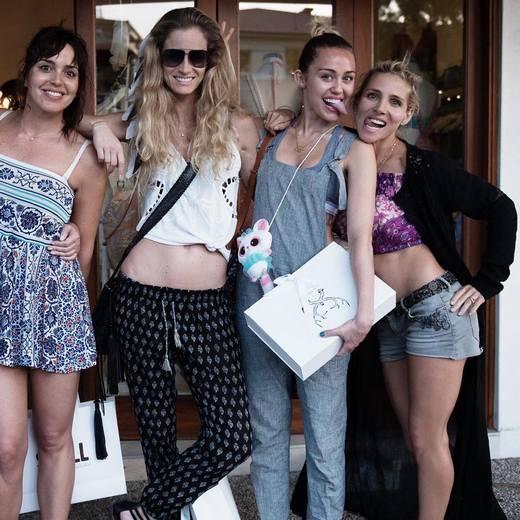 Sau đó,Elsa còn đăng tải hình ảnhđi mua sắm cùng Miley và hội bạn.(Ảnh: Instagram)