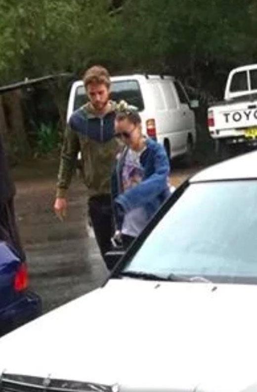 Miley và Liam bị bắt gặp cùng nhau di chuyển ra xe.