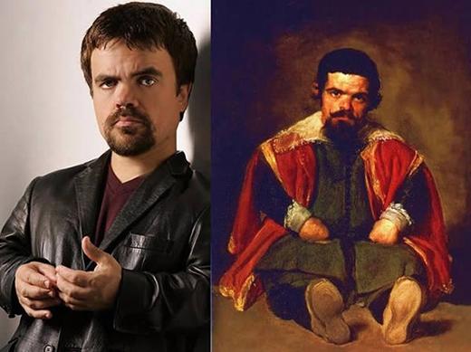 Bên phải là bức tranhThePortrait of Sebastián de MorracủaDiego Velázquez. Ông đãvẽ Sebastián de Morra,mộtnhân vật có thật ở thời vuaPhilip IV của Tây Ban Nha, từ nhữngnăm 1645. Còn ảnh trái là Tyrion Lannister, nam diễn viên gắn liền với vai diễn ấn tượngtrong loạt phim bom tấnGame of Thrones.(Ảnh: Internet)