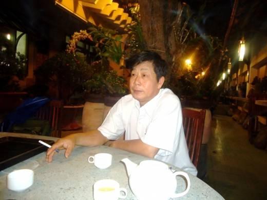 Nghệ nhân đá Châu Chí Hùng đang nói về quá trình chơi đá quý.