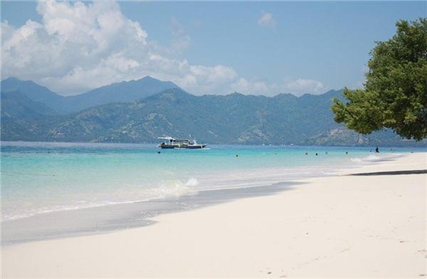 Gili Meno, quần đảo Gili, Indonesia:Gili Meno là đảo hoang sơ và bình yên nhất trong 3 đảo của Gili, với nước trong vắt, đồn điền trồng dừa xanh tươi và các xe ngựa di chuyển trên đường. Du khách có thể lặn ngắm san hô và các loài cá tuyệt đẹp quanh đảo. Ảnh:Topindonesiaholidays.