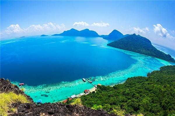 Sabah, Borneo thuộc Malaysia:Sabah đem lại cho mỗi người một trải nghiệm khác biệt. Từ lặn biển tới leo núi, bạn sẽ liên tục được chiêm ngưỡng thế giới tự nhiên phong phú, sống động. Đây cũng là một trong những vùng có văn hóa đa dạng nhất Malaysia, cho du khách cơ hội thưởng thức những món ăn độc đáo. Ảnh:Travelnation.