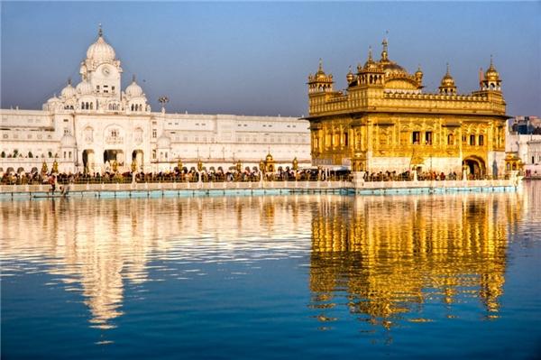 Punjab, Ấn Độ:Hầu hết những món ăn nổi tiếng của Ấn Độ đều xuất phát từ vùng này, như gà tandoori, tikka masala, hay samosas. Ngoài ra, du khách còn được khám phá lịch sử thú vị của đạo Sikh và đạo Hindu, tham quan các ngôi đền tuyệt đẹp như đền Vàng. Ảnh:Spentatours.