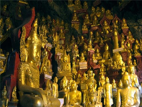 Pindaya, Myanmar:Khu vực này thu hút du khách bởi những mảng màu của trang trại và rừng rậm. Bạn có thể ngồi thiền trong hang động, ngắm cảnh hồ Pone Ta Lote, học làm đồ thủ công với người địa phương. Đừng quên thăm chùa Shwe Oo Min, nơi có hơn 8.000 tượng Phật. Ảnh:Arcadiatravels/Wordpress.