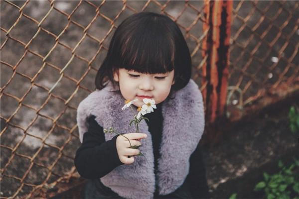 Cô nhóc 2 tuổi 'diễn sâu' như mẫu đáng yêu không chịu nổi