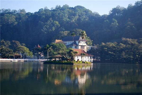 Kandy, Sri Lanka:Kandy được coi là trung tâm văn hóa của Sri Lanka và có khung cảnh không kém phần xinh đẹp. Bạn sẽ được ngắm nhìn những rặng cây đung đưa cạnh các tòa nhà theo kiến trúc thuộc địa, học nấu ăn hay các vũ điệu truyền thống của người Sri Lanla, và xem thi đấu criket ở sân vận động Asgiriya. Ảnh:Budgettoursrilanka